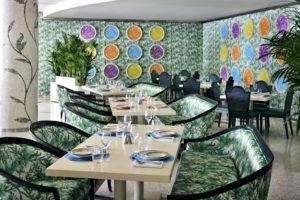 Espaços expansivos e exóticos mosaicos decoram paredes e pilares do Restaurante Giardino