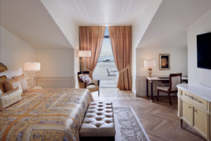 Grand Executive Suite - Bedroom with balcony (2)