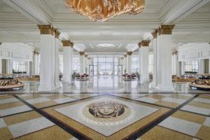 O artista plástico italiano Enrico Fantini deu vida a complexos mosaicos que enfeitam o chão do lobby do hotel